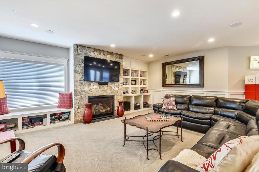 Lower level family room with gas fireplace - 301 NIBLICK DR SE, VIENNA