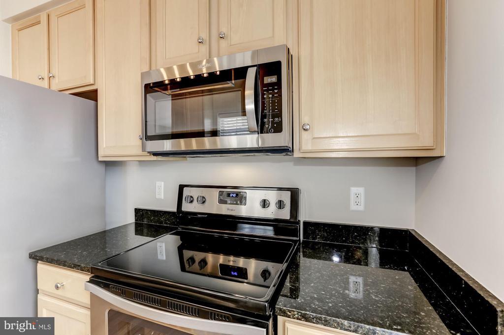 Light Maple Cabinets - 42446 MAYFLOWER TER #301, BRAMBLETON
