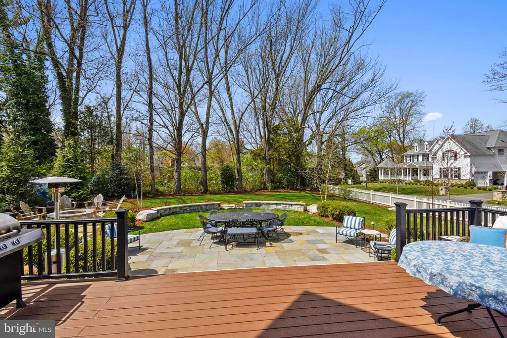 Professionally landscaped - 301 NIBLICK DR SE, VIENNA