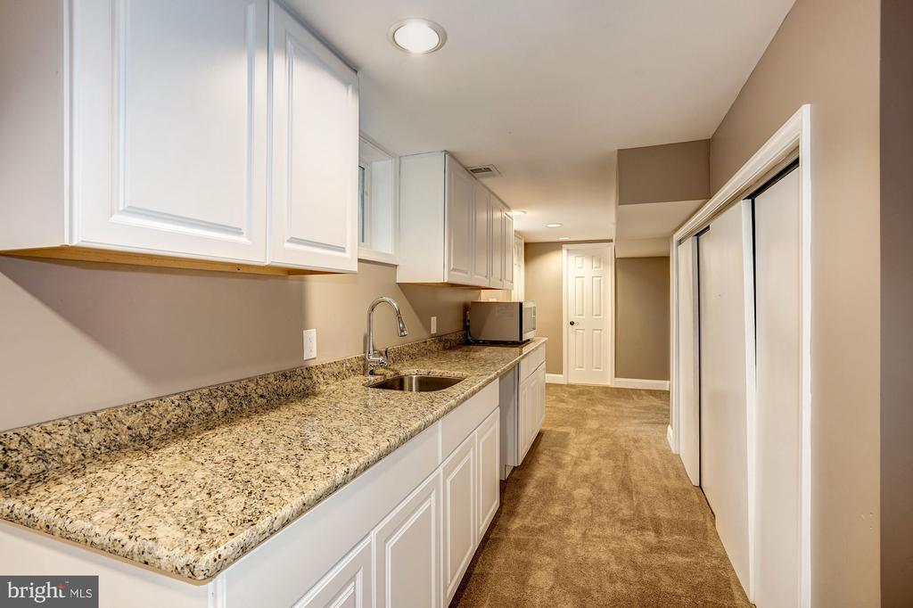 Lower level wet bar and microwave - 4324 FERRY LANDING RD, ALEXANDRIA
