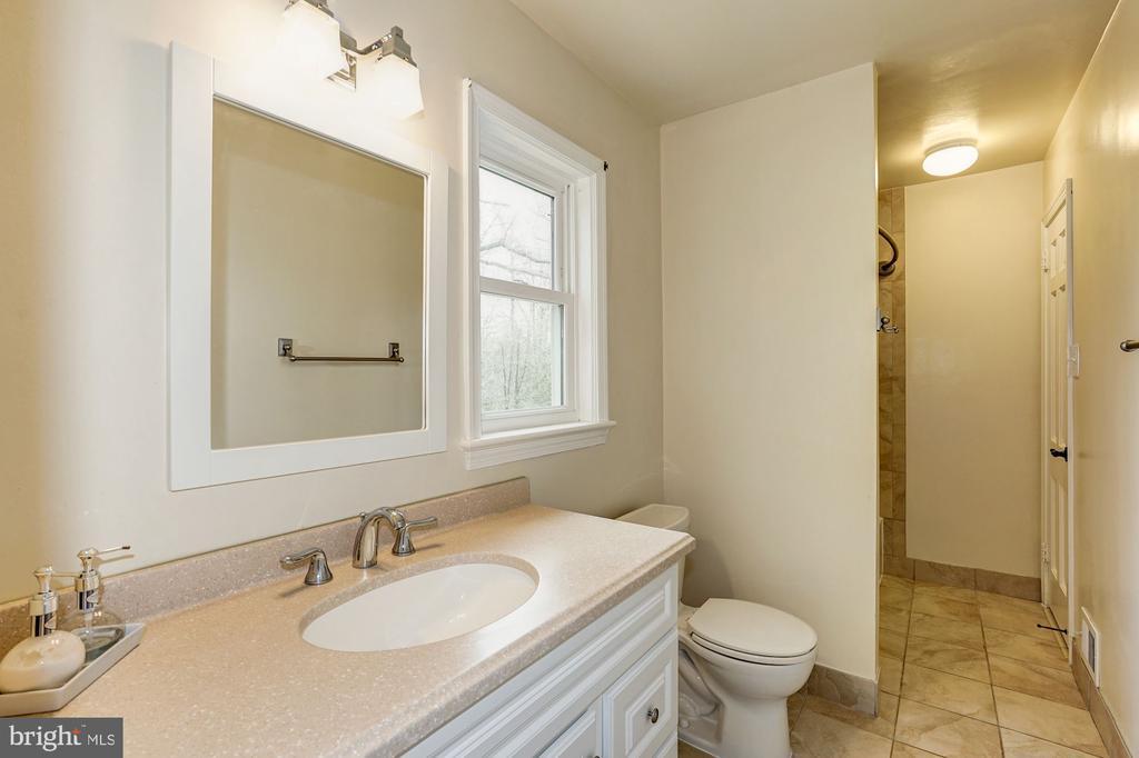 Shared upper level bath - 4324 FERRY LANDING RD, ALEXANDRIA