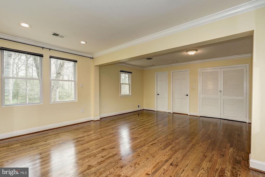 Generous sized upper level bedroom. - 4324 FERRY LANDING RD, ALEXANDRIA