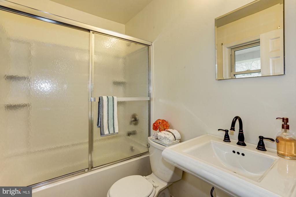 Main level full bath - 4324 FERRY LANDING RD, ALEXANDRIA