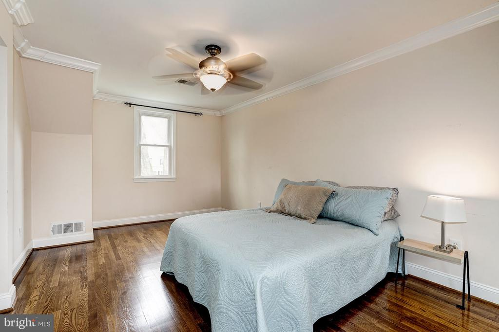 SPACIOUS Master Bedroom with sitting area and WIC - 4324 FERRY LANDING RD, ALEXANDRIA