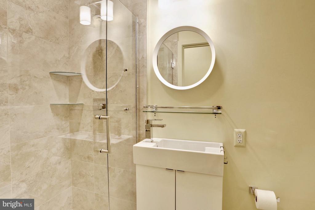 2nd bedroom full bathroom - 525 MONTANA AVE NE #B, WASHINGTON