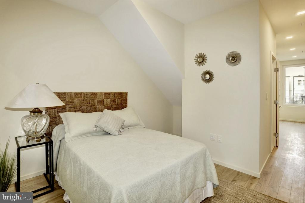 Spacious 2nd bedroom with en suite - 525 MONTANA AVE NE #B, WASHINGTON