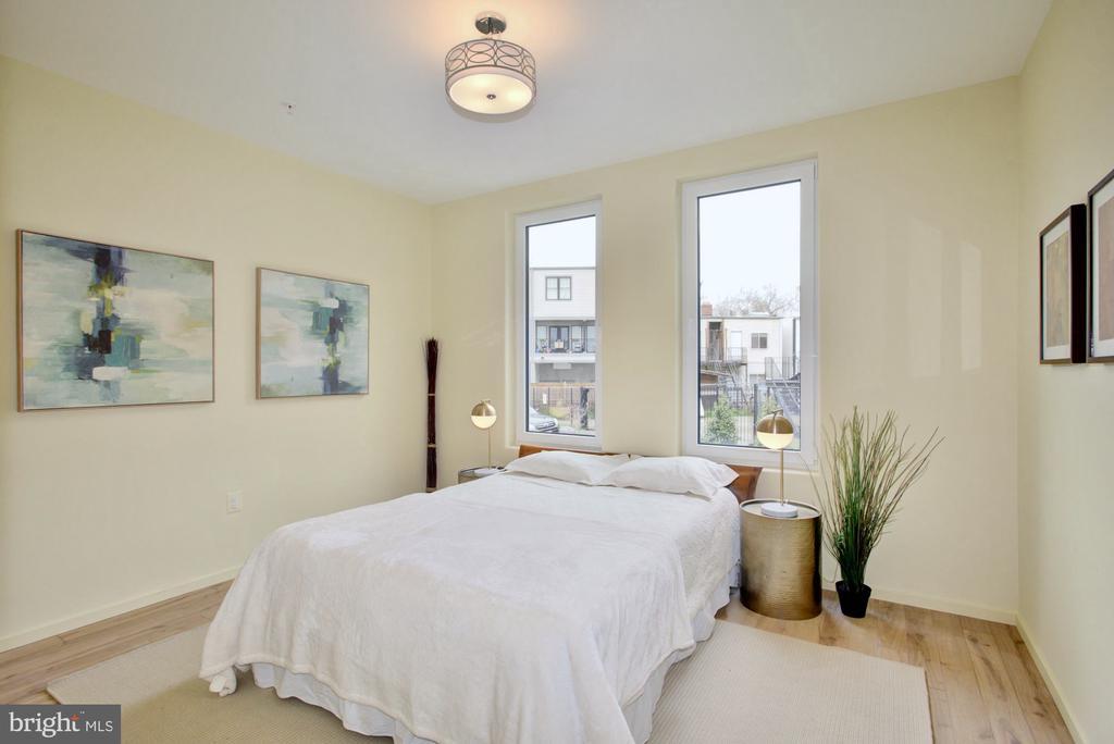Master suite with en suite & custom Elfa closets - 525 MONTANA AVE NE #B, WASHINGTON