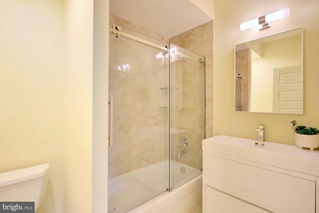 2nd master full bathroom - 525 MONTANA AVE NE #B, WASHINGTON