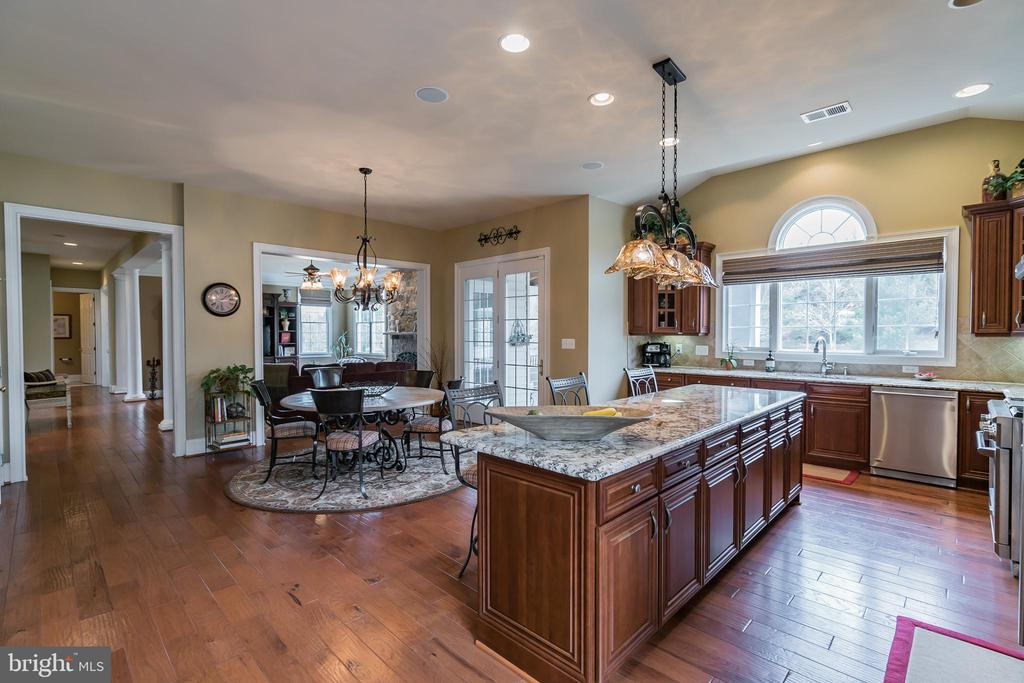 Kitchen perfect for entertaining! - 43130 MEADOW GROVE DR, ASHBURN