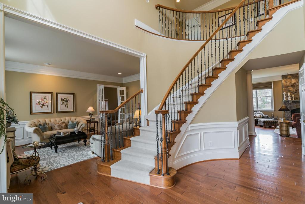 Stunning Foyer, Curved Oak staircase - 43130 MEADOW GROVE DR, ASHBURN