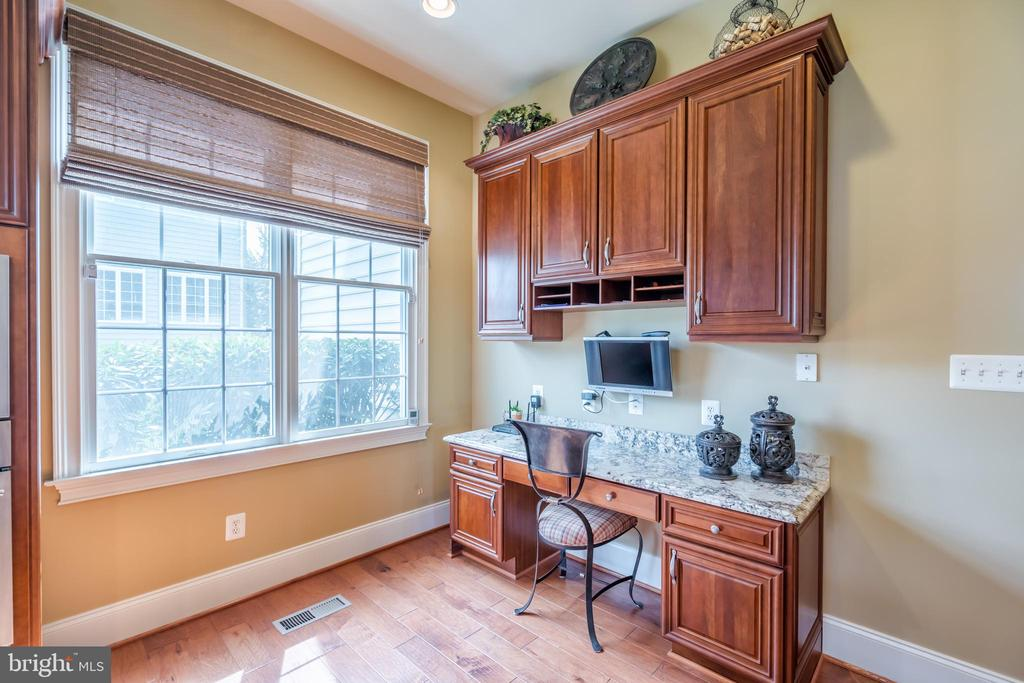Upgraded family planning nook with granite and cab - 43130 MEADOW GROVE DR, ASHBURN