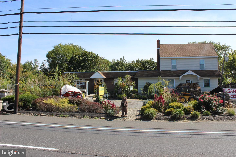 Maison unifamiliale pour l Vente à 1816 N ROUTE 130 Burlington, New Jersey 08016 États-Unis