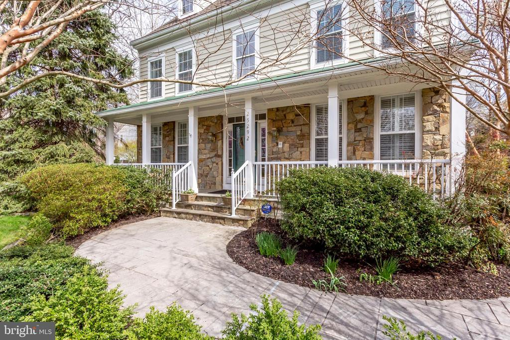 Lovely curb appeal and landscaping - 25292 RIPLEYS FIELD DR, CHANTILLY