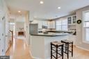 Kitchen has breakfast bar for extra seating - 25292 RIPLEYS FIELD DR, CHANTILLY