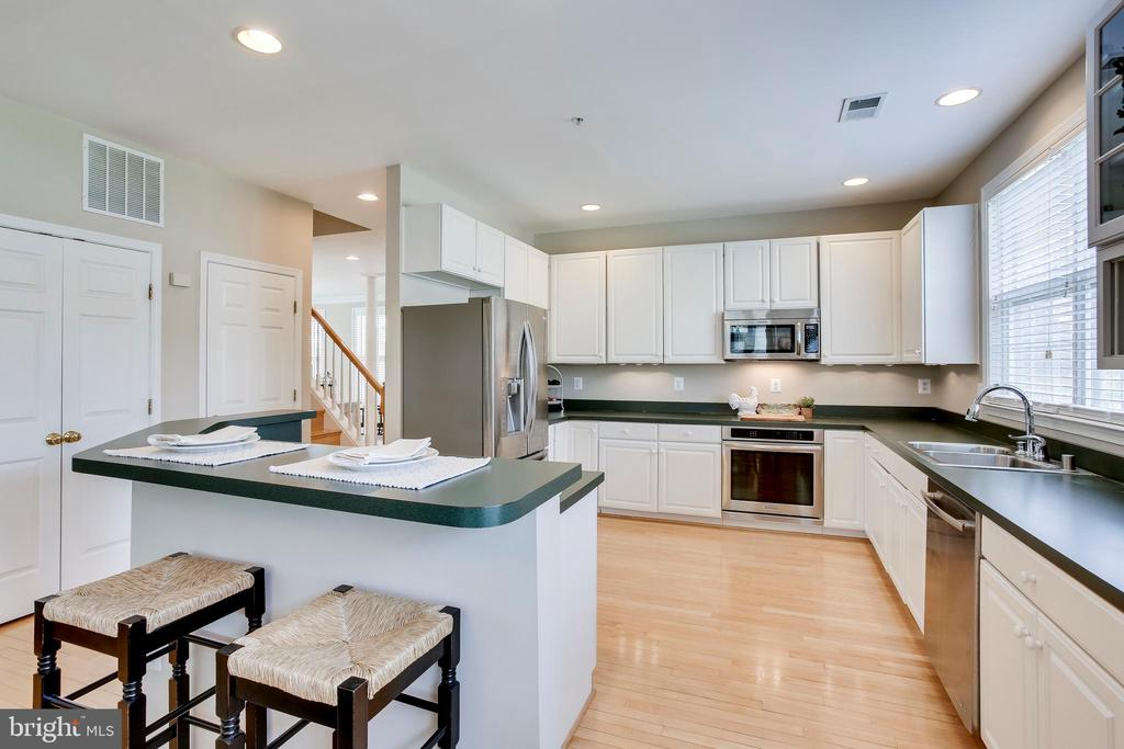 Endless cabinet and counter space - 25292 RIPLEYS FIELD DR, CHANTILLY
