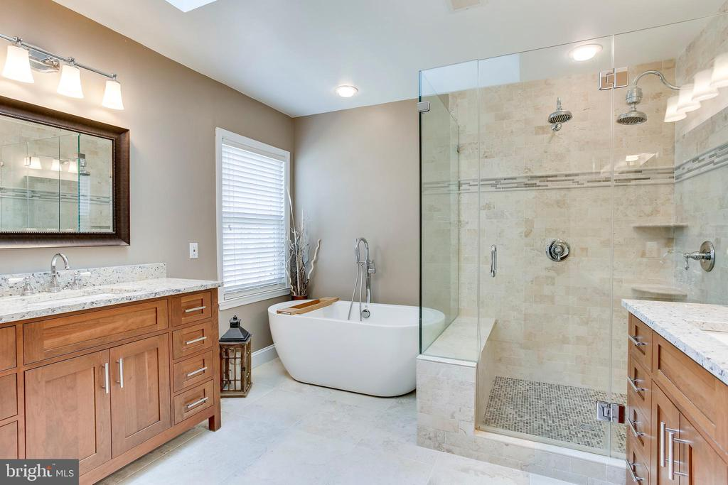 Double vanities, spa shower and soaking tub - 25292 RIPLEYS FIELD DR, CHANTILLY