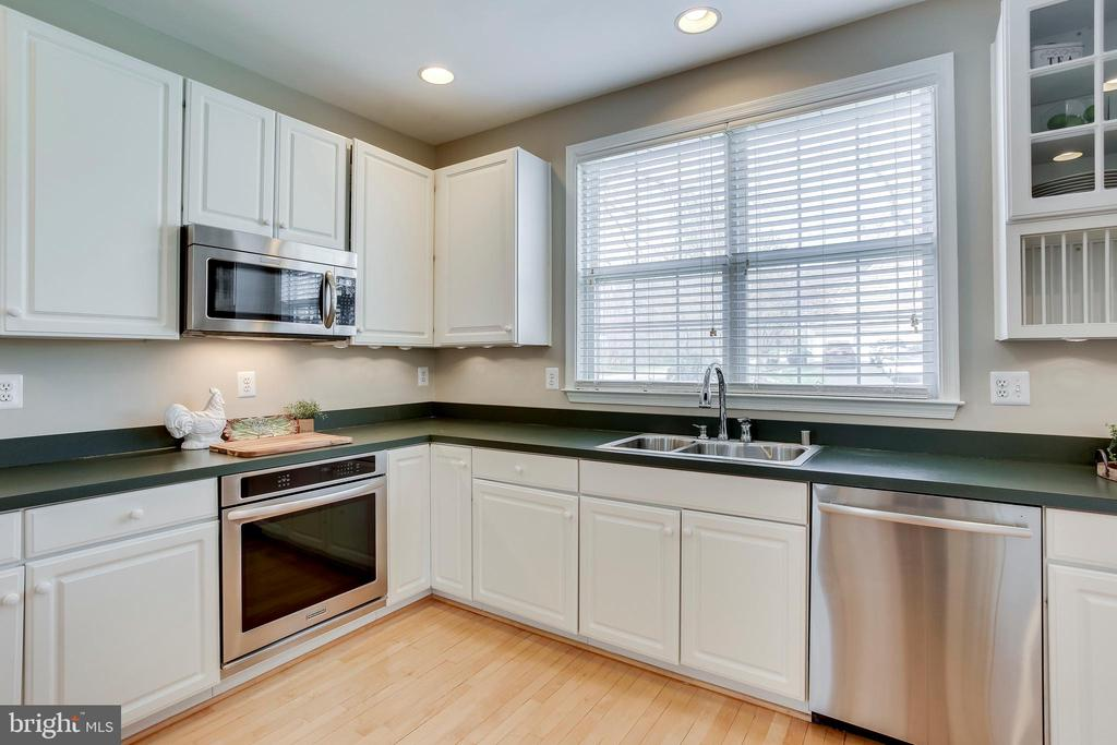Newer stainless steel appliances - 25292 RIPLEYS FIELD DR, CHANTILLY