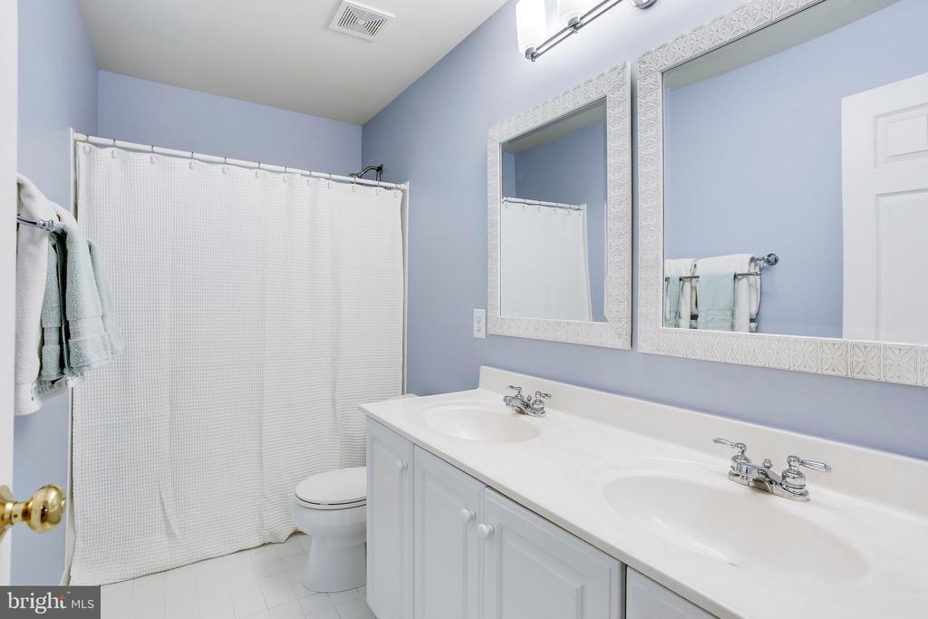 Second upper level bathroom - 25292 RIPLEYS FIELD DR, CHANTILLY