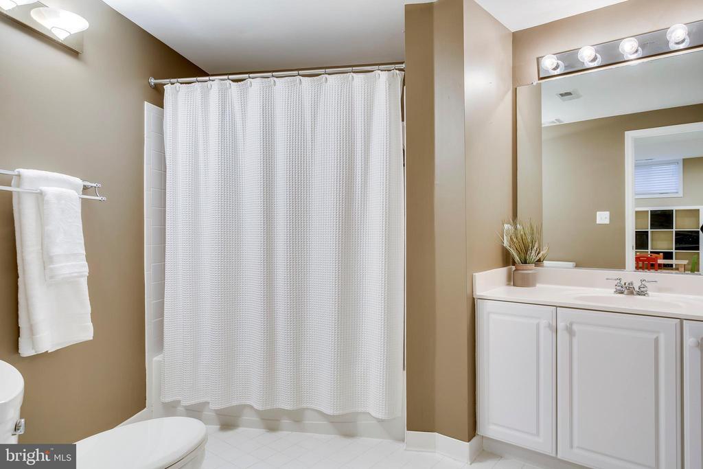 Lower level full bathroom - 25292 RIPLEYS FIELD DR, CHANTILLY