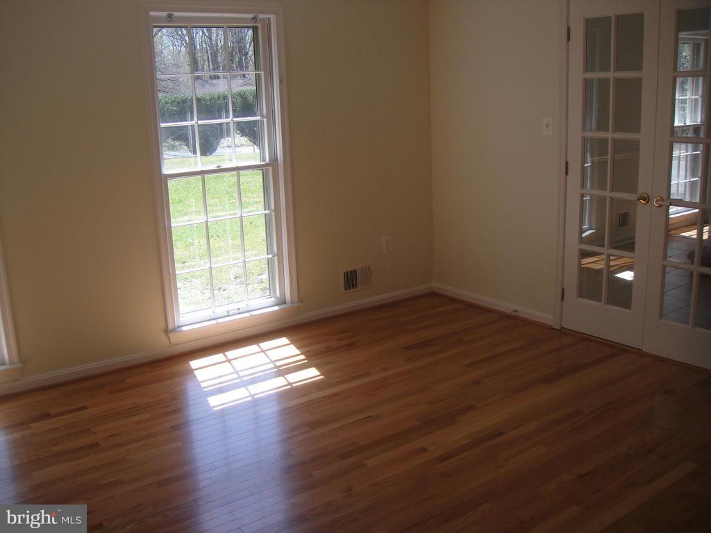 Bright Living room - 3296 TILTON VALLEY DR, FAIRFAX