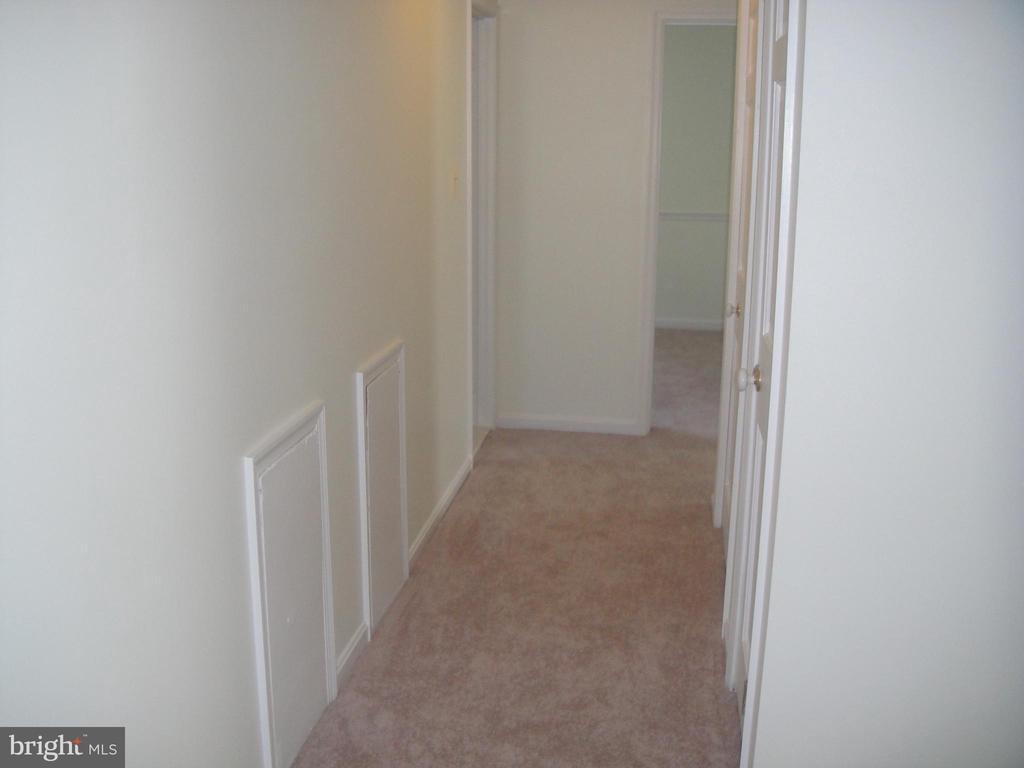 Hallway upstairs - 3296 TILTON VALLEY DR, FAIRFAX