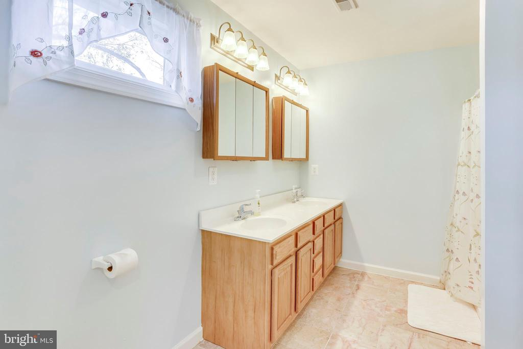 Full Bathroom - 1745 ANDERSON RD, FALLS CHURCH