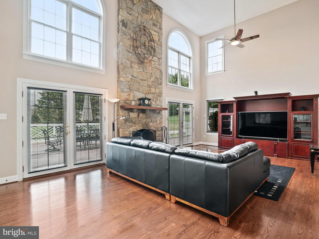 Two Story Family Room - 3005 AVERLEY RD, IJAMSVILLE