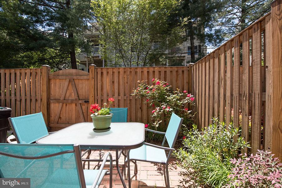 Enclosed backyard and added privacy - 2552-C S ARLINGTON MILL DR #2, ARLINGTON