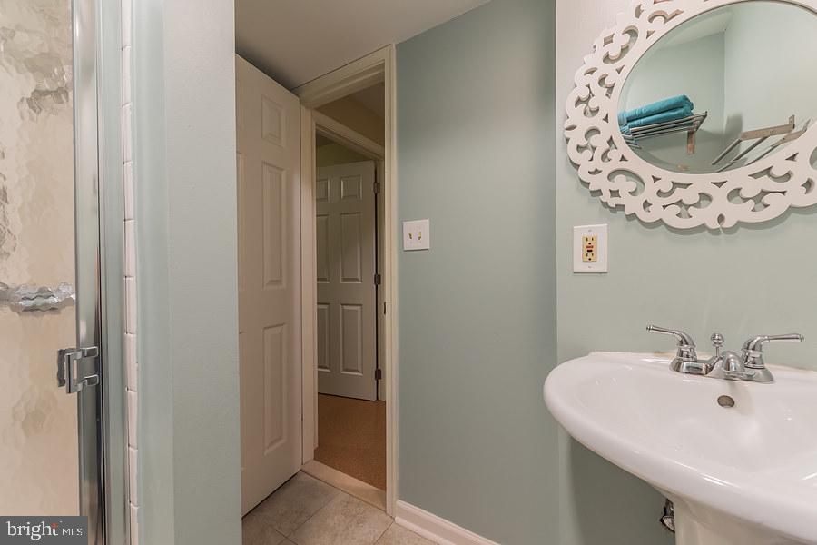 Lower level full bath - 2552-C S ARLINGTON MILL DR #2, ARLINGTON