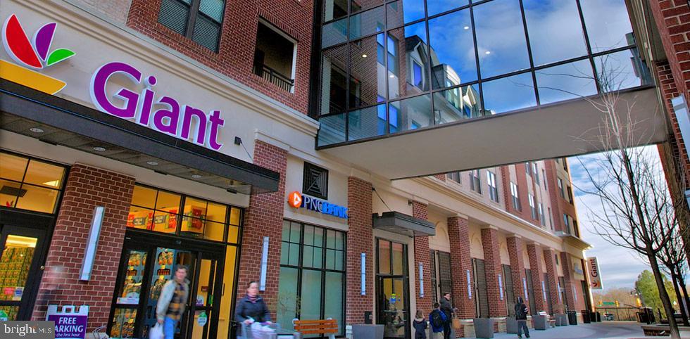 Giant supermarket - across the street - 2415 9TH ST S, ARLINGTON