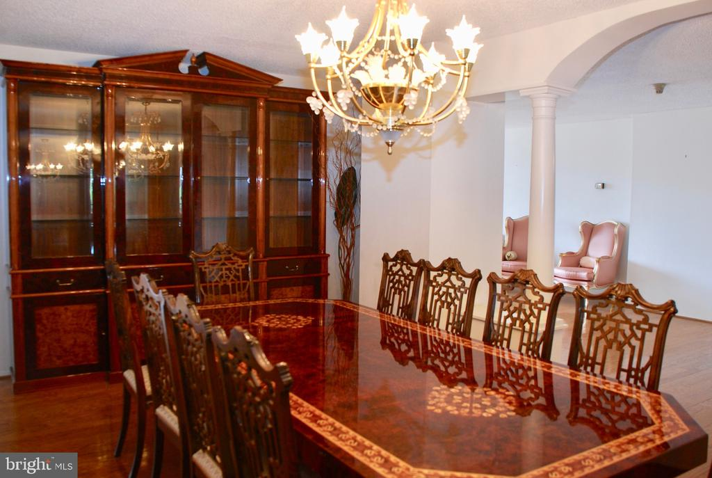 Dining area larrger than many homes - 1800 OLD MEADOW RD #606, MCLEAN