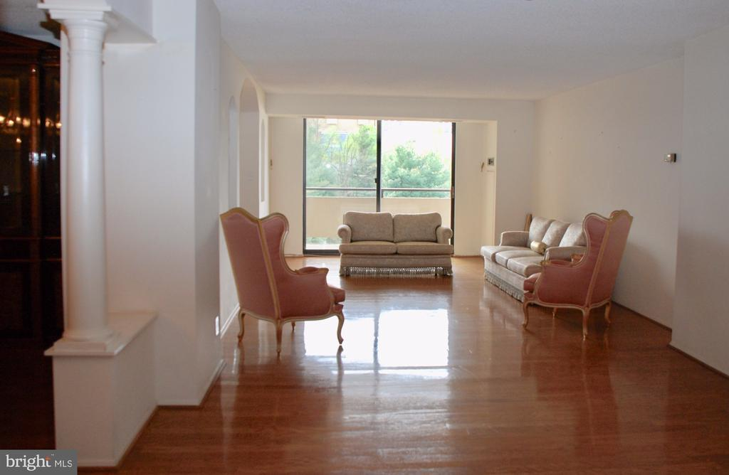 Living Room & opening to the Dining  Room on left - 1800 OLD MEADOW RD #606, MCLEAN