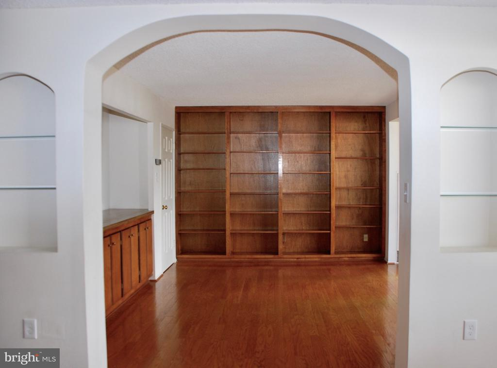 3rd Bedroom or Den with built-in bookcases - 1800 OLD MEADOW RD #606, MCLEAN