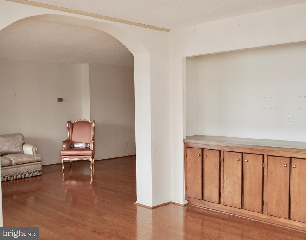 More built-ins and view into Living Room - 1800 OLD MEADOW RD #606, MCLEAN