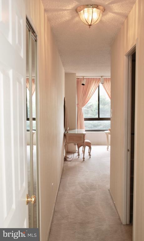 Hallway leading to Owners Bedroom Suite - 1800 OLD MEADOW RD #606, MCLEAN