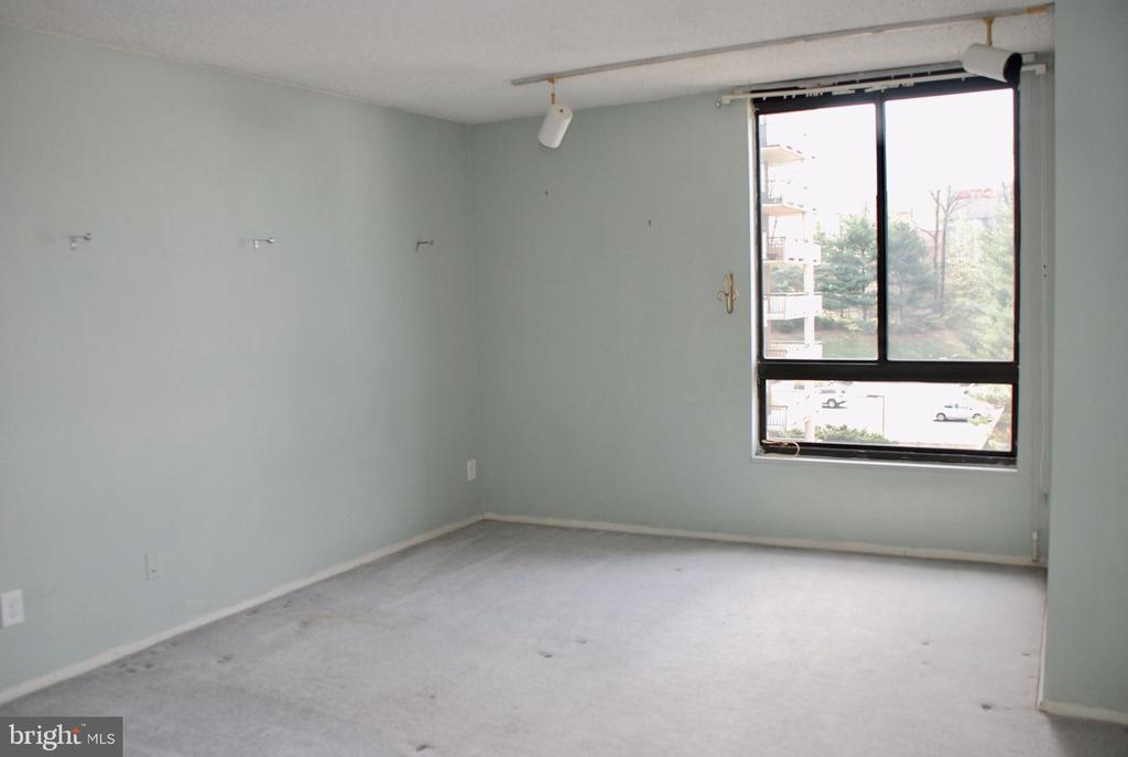 Bedroom #2 with walk- closet - 1800 OLD MEADOW RD #606, MCLEAN
