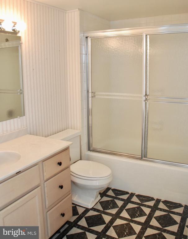 Second Bathroom - 1800 OLD MEADOW RD #606, MCLEAN