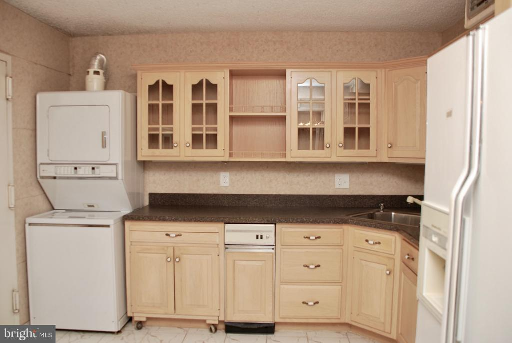 Kitchen has seperate entrance from Hallway - 1800 OLD MEADOW RD #606, MCLEAN