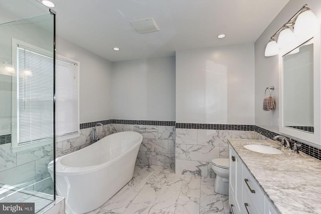 Luxurious stand alone tub for relaxing - 8515 ORDINARY WAY, ANNANDALE