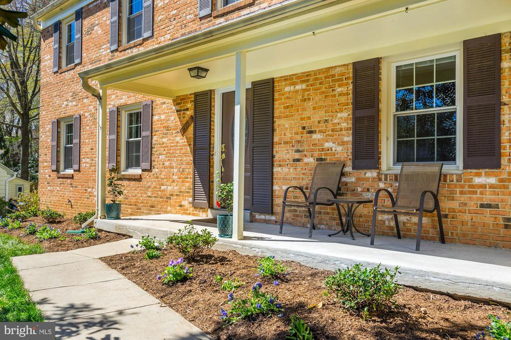 Beautiful landscaping & covered porch - 8515 ORDINARY WAY, ANNANDALE