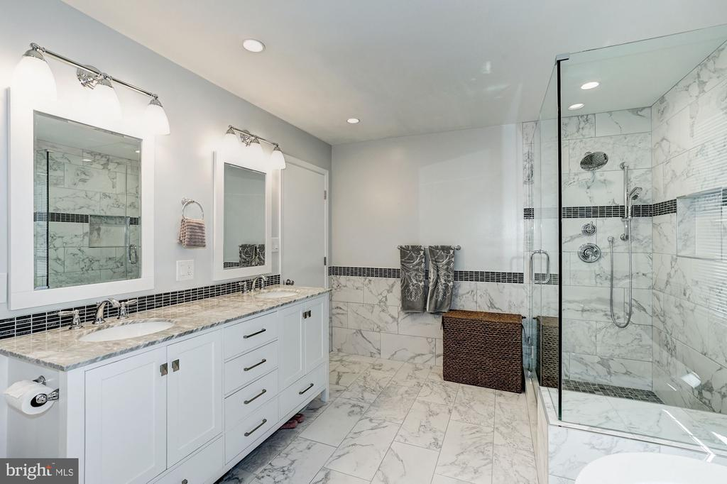Large, gorgeous glassed shower enclosure - 8515 ORDINARY WAY, ANNANDALE