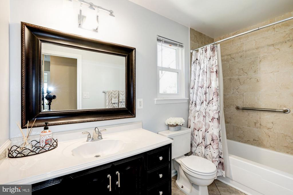 Shared BA on upper level newly renovated - 8515 ORDINARY WAY, ANNANDALE