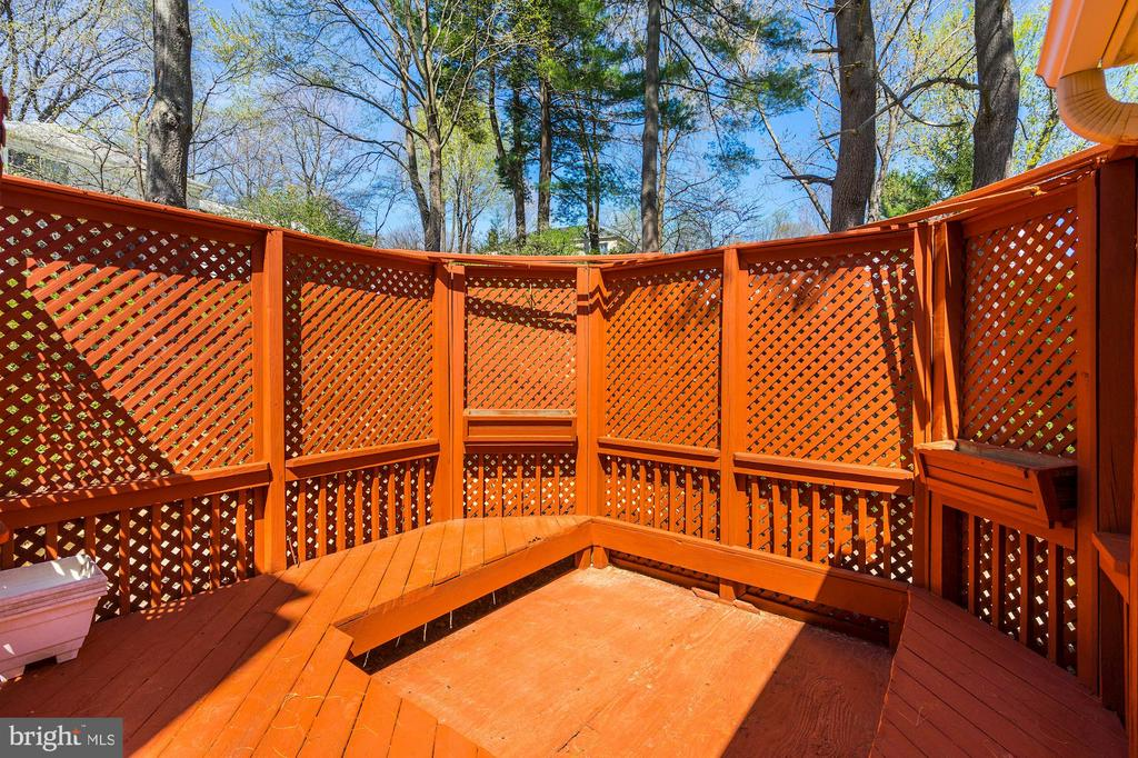 Privacy screen for entertaining &/or hot tub - 8515 ORDINARY WAY, ANNANDALE