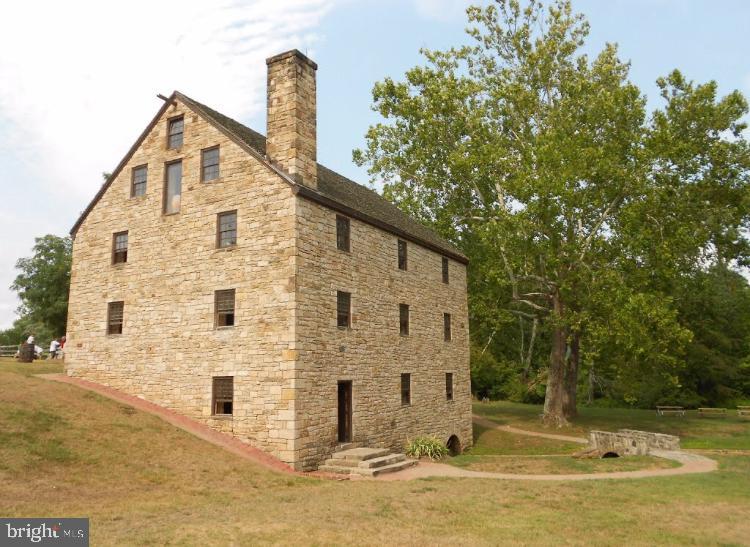 Walkable to George Washington's Distill/Gristmill - 5201 MOUNT VERNON MEMORIAL HWY, ALEXANDRIA