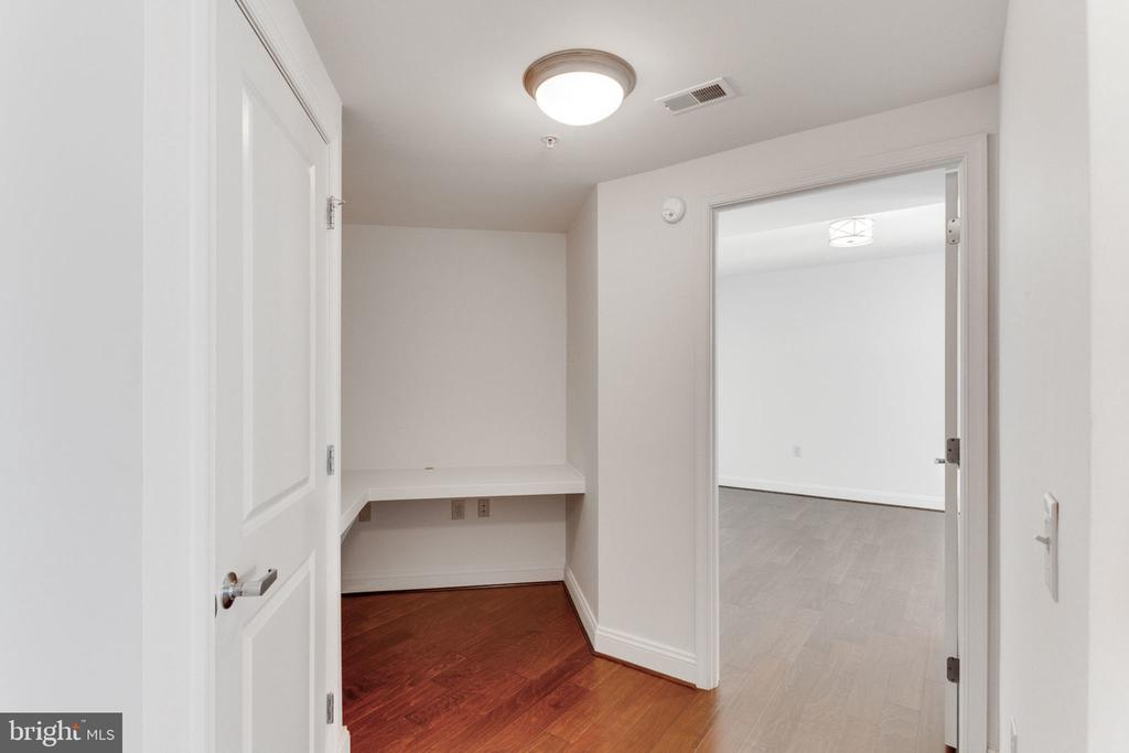 Great Nook/Desk area! - 11760 SUNRISE VALLEY DR #813, RESTON