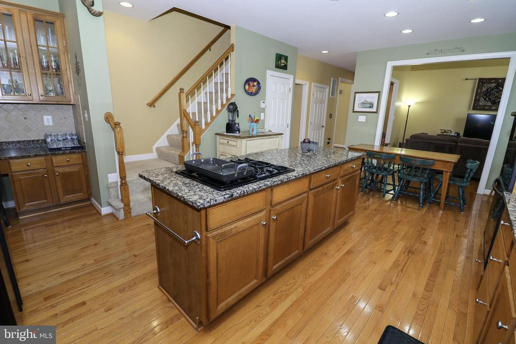 Kitchen: Large Kitchen Island - 43308 CLARECASTLE DR, CHANTILLY