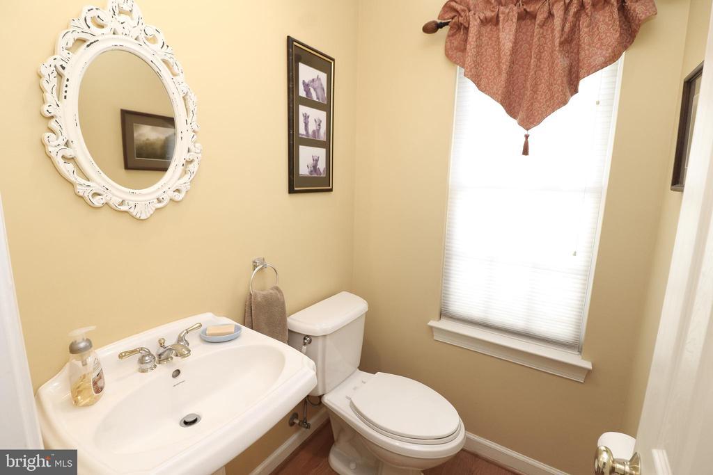Main Level Hall Bath - 43308 CLARECASTLE DR, CHANTILLY