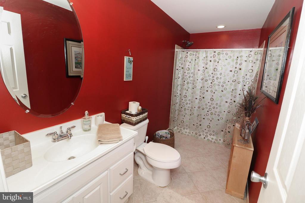 Lower Level Full Bath - 43308 CLARECASTLE DR, CHANTILLY