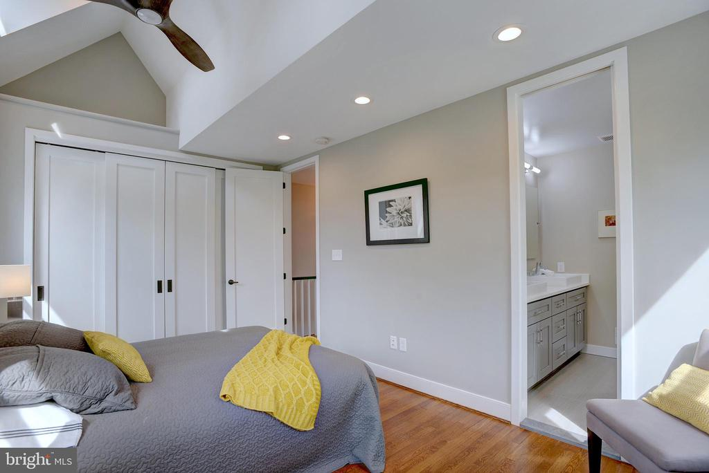 Master is outfitted w/ensuite & oversized closet - 415 23RD PL NE, WASHINGTON