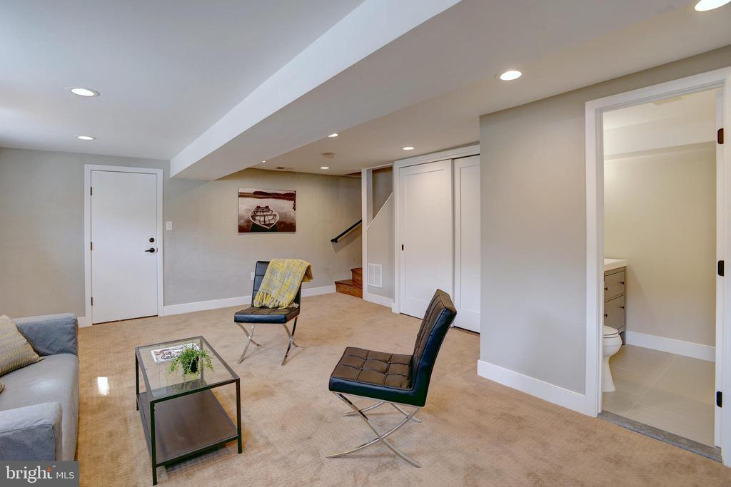 LL outfitted w/ the comforts to accommodate guests - 415 23RD PL NE, WASHINGTON